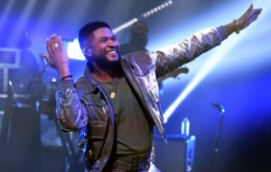 Vegas strip club denies Usher tipped dancers fake money with his face on